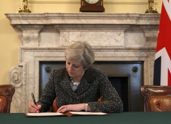 Theresa May firma la carta que iniciará el Brexit
