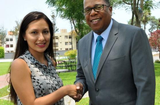 Resultado de imagen para melania trump premió a peruana