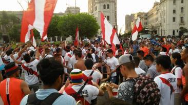 Perú vs. Uruguay: hinchas peruanos alientan en Plaza San Martín