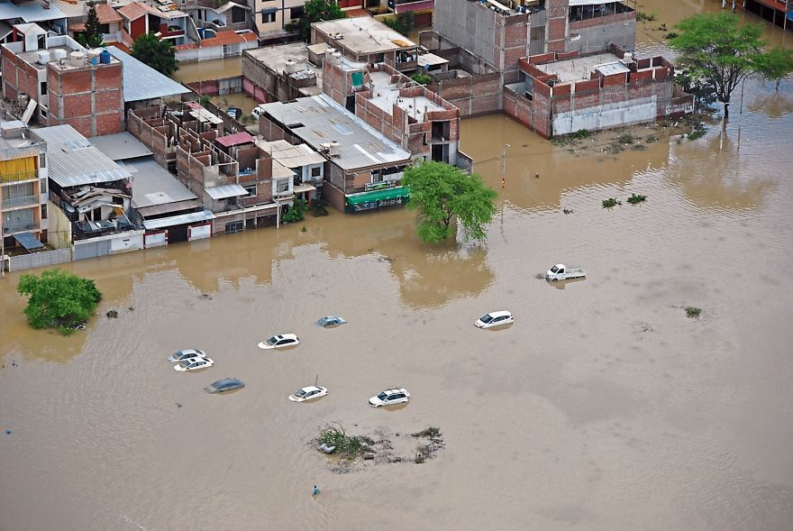 En algunas urbanizaciones cercanas al río Piura el agua alcanzó más de un metro de altura tras el desborde. (Foto: Giulio Valz-Gen/El Comercio)
