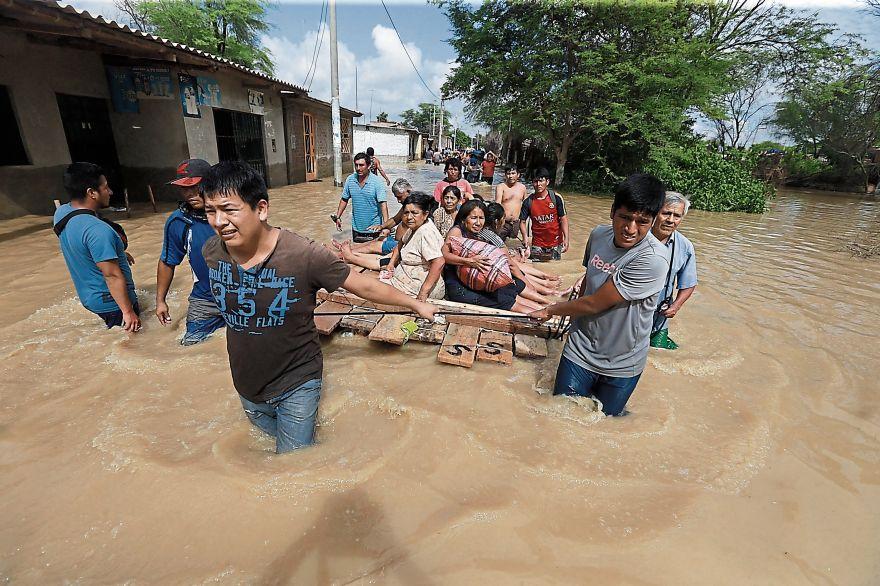 Mientras en la ciudad de Piura el agua disminuyó, en varios caseríos de Catacaos aún se evacuaba a vecinos aislados. (Foto: Lino Chipana/El Comercio)