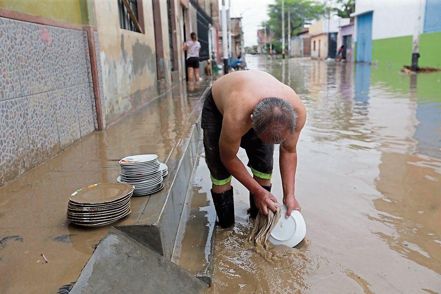 En la ciudad de Piura el nivel del río descendió, pero las viviendas seguían sin servicio de luz y agua. (Foto: Lino Chipana/El Comercio)
