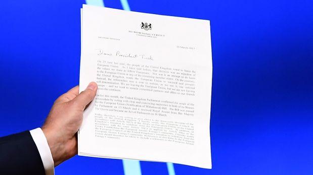 Esta es la carta que Theresa May envió al presidente del Consejo Europeo, Donald Tusk, en la que notifica de manera formal su voluntad de marcharse del bloque común. (Foto: AFP)