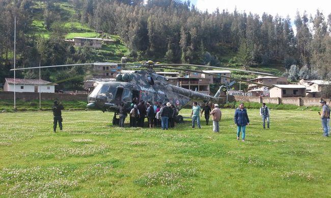Un helicóptero del Ejército del Perú trasladaron a los heridos hasta el hospital La Caleta de Chimbote Santa. Junto a ellos partió el cadáver del conductor y su madre. (Foto: Municipalidad Provincial de Pallasca).