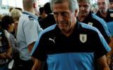 Tabárez se enojó con aficionado uruguayo que criticó su labor