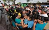 Piura: la policía resguarda entrega de donativos ante desmanes