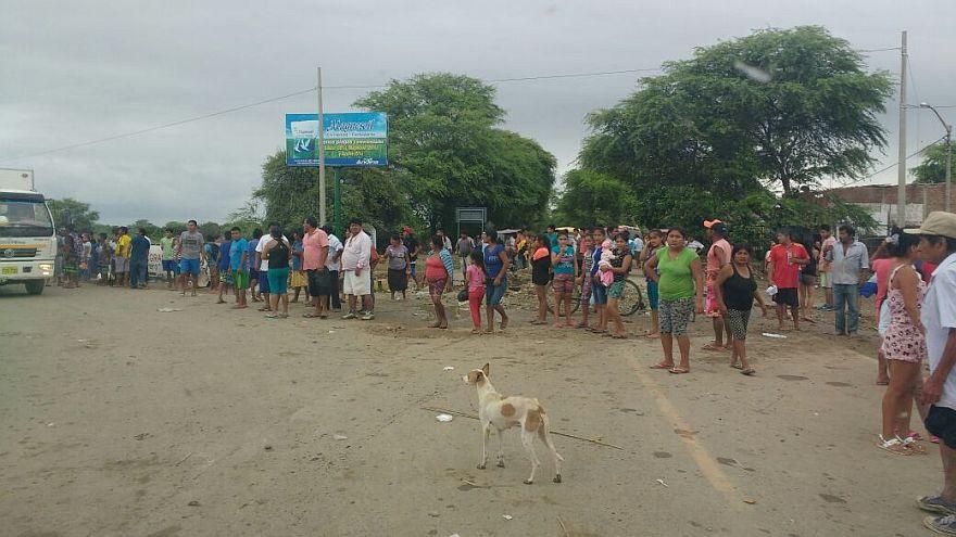 Todos los días forman largas filas en espera de las donaciones. (Foto: Ralph Zapata / El Comercio)