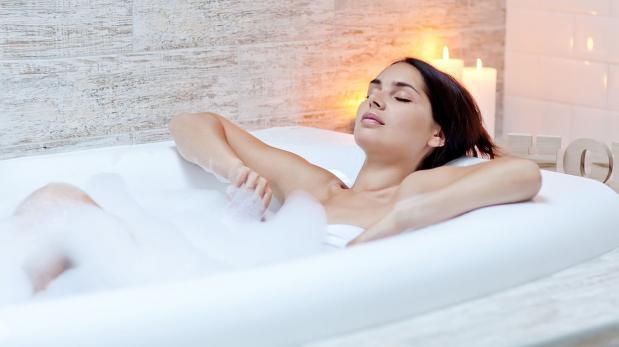 Un baño caliente sería tan efectivo como correr, afirma estudio