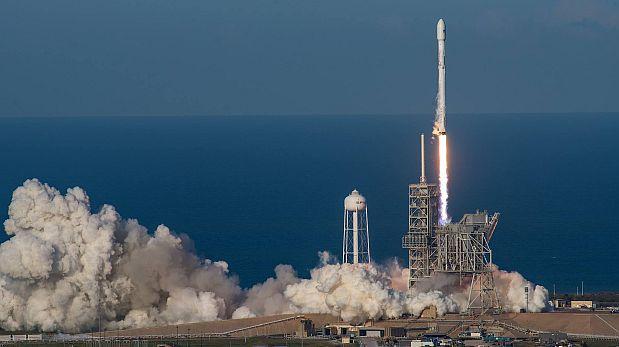 Facebook: SpaceX lanzó con éxito el primer cohete reutilizable