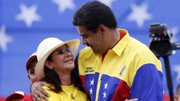 Nicolás Maduro y su esposa Cilia Flores. (REUTERS)