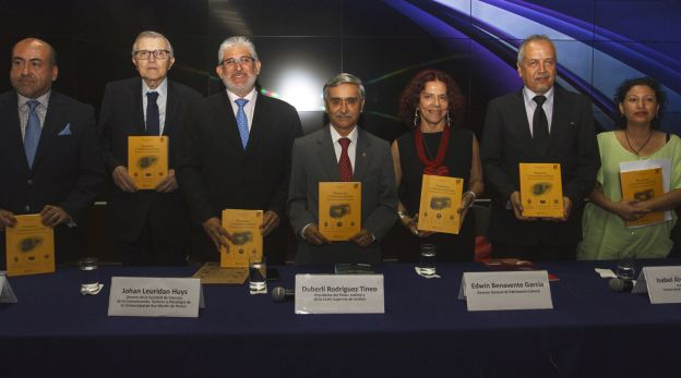 La autora junto a los investigadores. (Foto: Omar Alva de la USMP)
