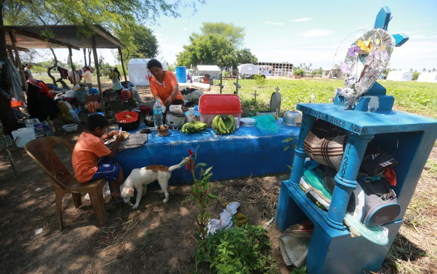 Las camas de los damnificados son los mausoleos de cemento, que además usan como mesa para almorzar. (Foto: Lino Chipana / El Comercio)