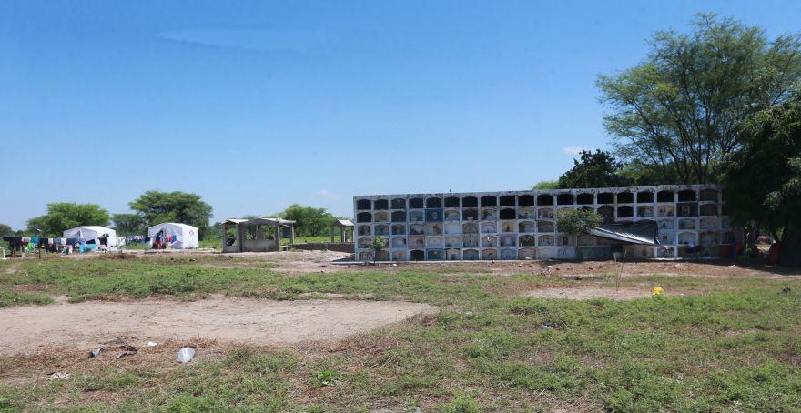 El cementerio José de Los Ángeles alberga a unas 100 familias de los centros poblados Pedregal Grande y Nuevo Pedregal, en el Bajo Piura. (Foto: Lino Chipana / El Comercio)