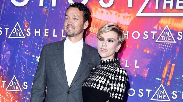 Rupert Sanders y la actriz Scarlett Johansson durante la premiere del filme