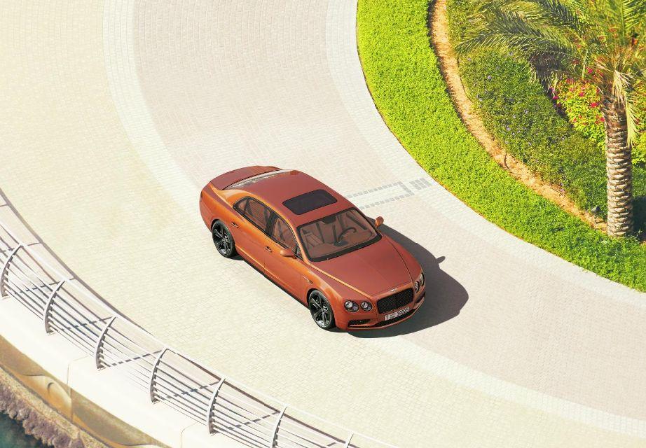 Esta imagen, registrada desde uno de los edificios más altos de Dubái, esconde un Bentley Flying Spur W12. (foto: Bentley)