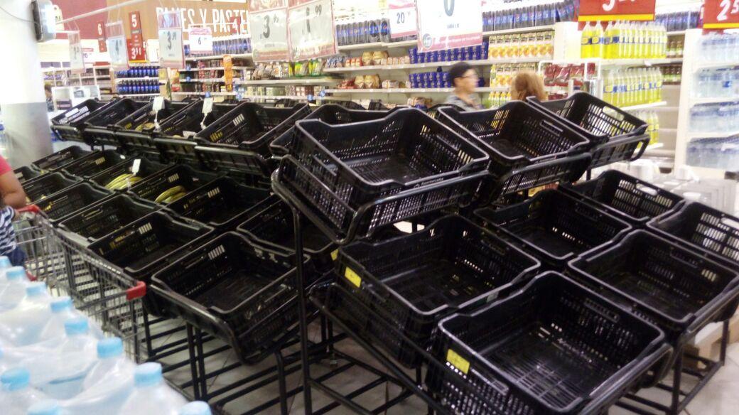 Durante las lluvias, en el norte del país los consumidores reclamaron en las redes sociales que existía escases de alimentos de primera necesidad. (Foto: Difusión)