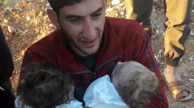 Padre se despide de sus gemelos muertos tras ataque químico — Siria