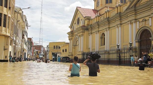 El desborde del río Piura hizo que el agua llegara hasta la plaza de armas. (Foto: Ralph Zapata / El Comercio)