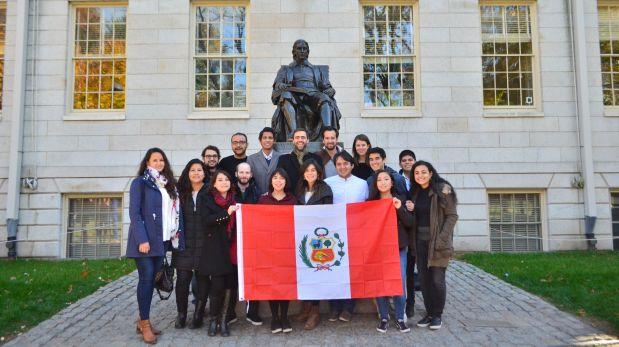 Esta asociación de alumnos suele informar sobre becas y oportunidades de estudio a través de su cuenta en Facebook: Harvard University Association of Peruvian Students.
