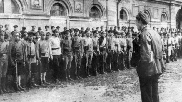 Foto de 1920, donde un propagandista da un discurso a los miembros del Ejército Rojo (Crédito: AFP)