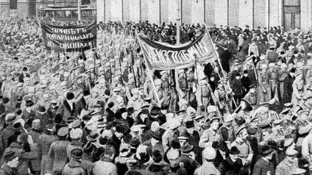 Soldados rusos marchando en Petrogrado en febrero de 1917. (Crédito: Wikipedia)