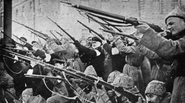 Soviets atacando a la policía del zar en los primeros días de la Revolución de Marzo (Créditos: Wikipedia)