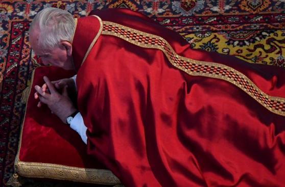 Papa Francisco ora postrado recordando la muerte de Cristo