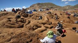 Semana Santa: Bolivianos y peruanos crean esculturas de arena