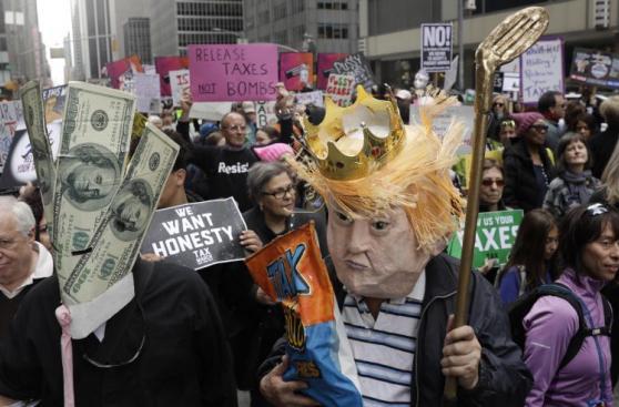Cientos exigen que Trump muestre sus declaraciones de impuestos