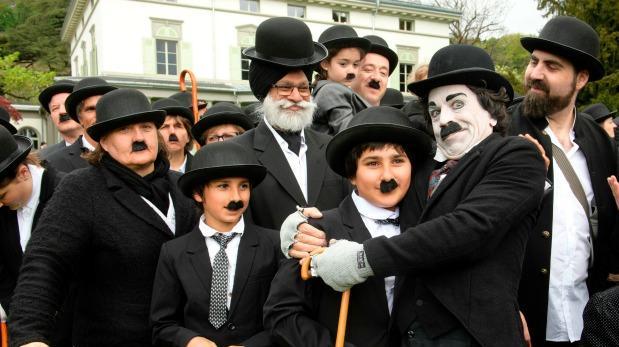 Celebran cumpleaños de Charles Chaplin vestidos como Charlot
