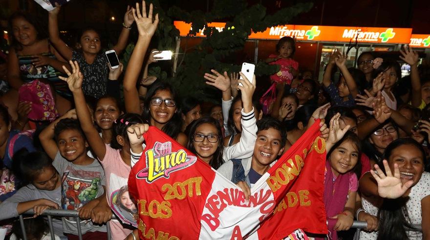 Decenas de adolescentes llegaron al hotel de Karol Sevilla para saludarla. El elenco de