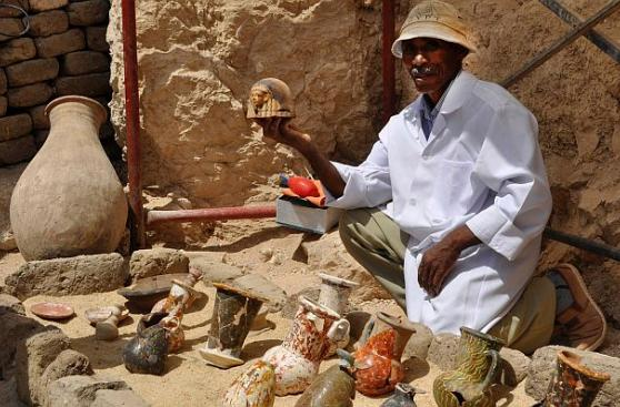 Descubren 8 momias y figuras funerarias en tumba de Egipto
