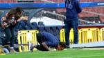 Dani Alves besó el escudo del Barcelona en césped del Camp Nou - Noticias de dani alves