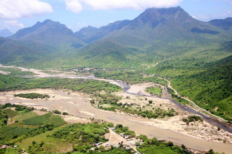 En el sobrevuelo se comprobó que las inundaciones han dejado enterradas varias hectáreas de terrenos en Piura. (Foto: Ralph Zapata)