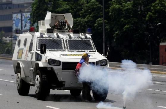 Una mujer desafía la brutal represión en Venezuela [VIDEO]