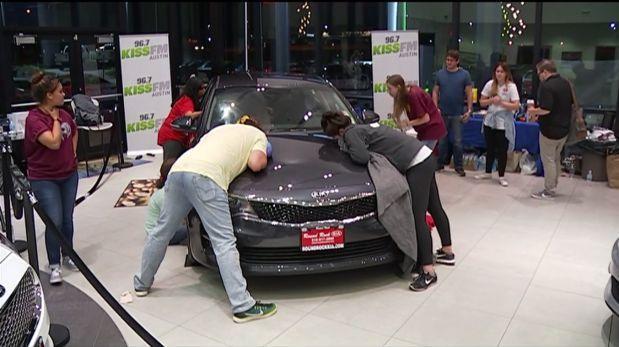 """Facebook: reto de """"besar un auto"""" tuvo insólito final [VIDEO]"""