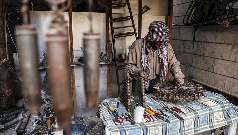 Siria: El hombre que transforma balas de la guerra en cuadros y cocinas [FOTOS]