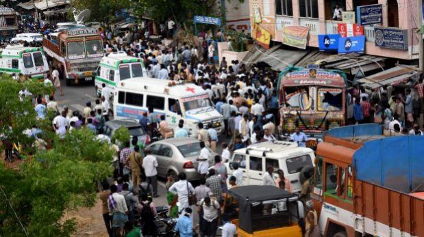India: Camión embiste a multitud y mueren 13 personas