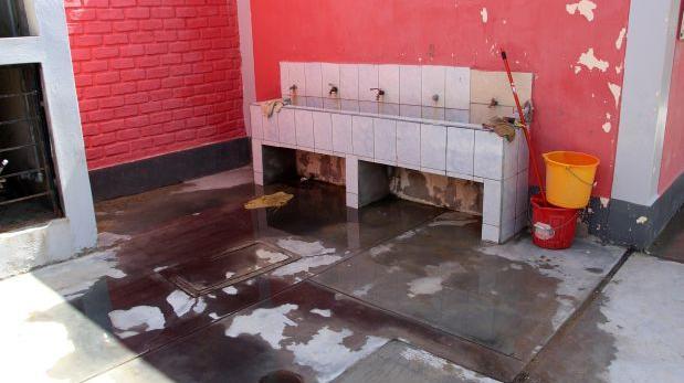 Piura: alumnos estudian en escuela con desagües colapsados