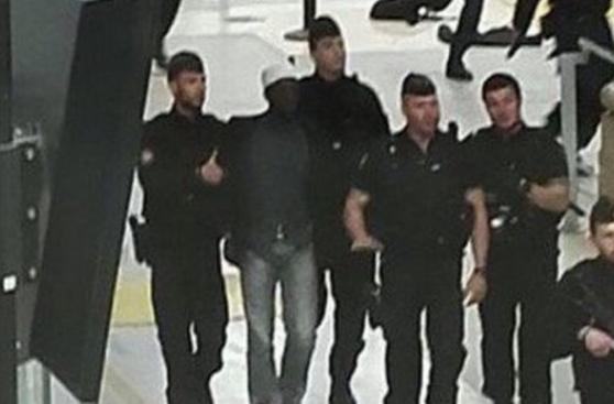 Hombre armado con cuchillo causa pánico en estación de París