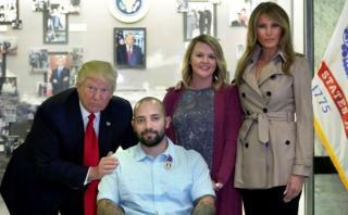 Trump y su esposa visitan hospital de veteranos de guerra