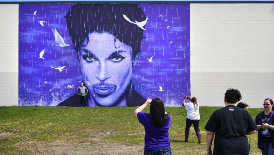 Fans de Prince lo recuerdan con lágrimas y tatuajes
