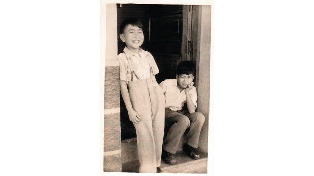 José Watanabe de niño (sentado) junto a su vecino en Laredo, Trujillo, en la década del cincuenta. (Archivo Familiar)