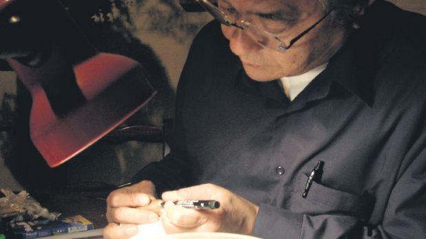 José Watanabe construyendo el ratoncito que protagoniza su serie infantil Andrés la Nuez. (Archivo Familiar)