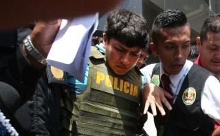 La policía detuvo esta madrugada a cinco turistas extranjeros y uno peruano por realizar pintas en la plaza Tricentenario (Foto: Miguel Neyra)