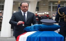 Francia honra al policía asesinado en los Campos Elíseos
