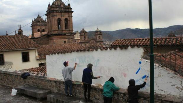 Extranjeros fueron obligados a limpiar pintas que hicieron en centro histórico — Cusco