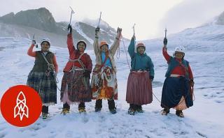 Cómo 11 'cholitas escaladoras' luchan contra el sexismo