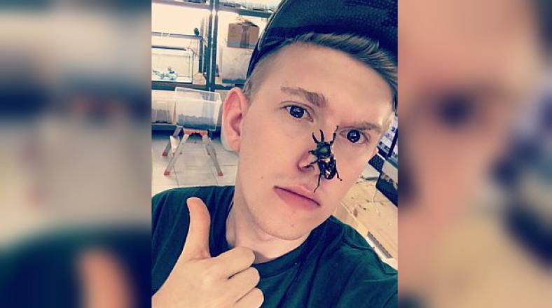¿Vuelve la moda viral de selfies con objetos pegados al rostro?
