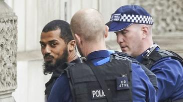 Alarma por hombre con cuchillos cerca del Parlamento británico